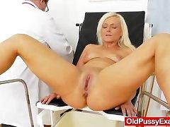 Underhand blondie gets a maw gyno
