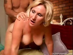 Erotic cougar loves to give a grungy rimjob