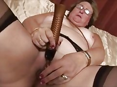 Granny masturbates apropos dildo coupled with advance creep