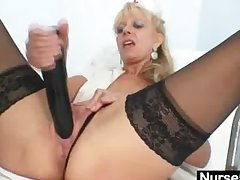 Old light-complexioned milf contents pussy with enormous dildo