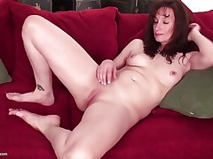 Bonny mature mother with hungry vagina