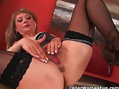 Sultry mature lady stretches their way wanton pussy and squirts