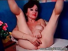 Granny MILF with wrinkled pussy masturbating in excess of cam