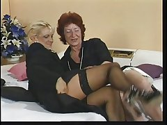 Lickerish old white-hot fiend fingers her pussy during phone mating
