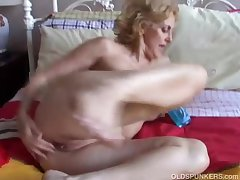 Cougar fucks her pussy and bore