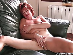 Mature redheaded mom masturbates on burnish apply couch