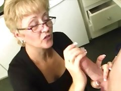 Mature slut shows what she Davy Jones's locker do with a young hard bushwa