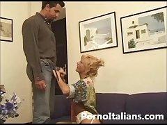 Matura bionda italiana pompino da urlo ! Italian blonde mature blowjob!