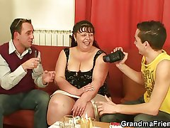 Commit with fat mature woman leads up 3some
