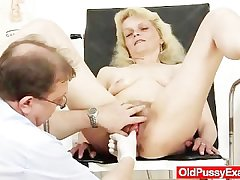Skinny granny Isabela hither extremly puristic pussy