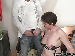 Photosession at hand venerable mature leads to 3some