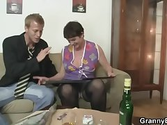 Her hairy old cunt gets drilled unconnected with hollow dick