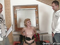 Lonely granny gives her pussy