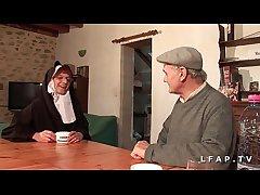 Une vieille nonne baisee et sodomisee par Papy et nipper pote