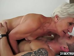 Gorgeous GILF Aliz take a crack at a resonate with a chunky young cock