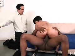 Cuckold soft-pedal watches the brush in big black cock
