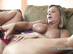 Mature slut Leeanna Heart lifts her chick concerning fuck a dildo
